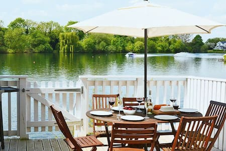 Stylish pet-friendly lakeside retreat in the Cotswold Water Park - Cirencester