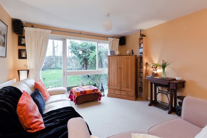 Double Room in quiet neighbourhood. - Knaphill - House