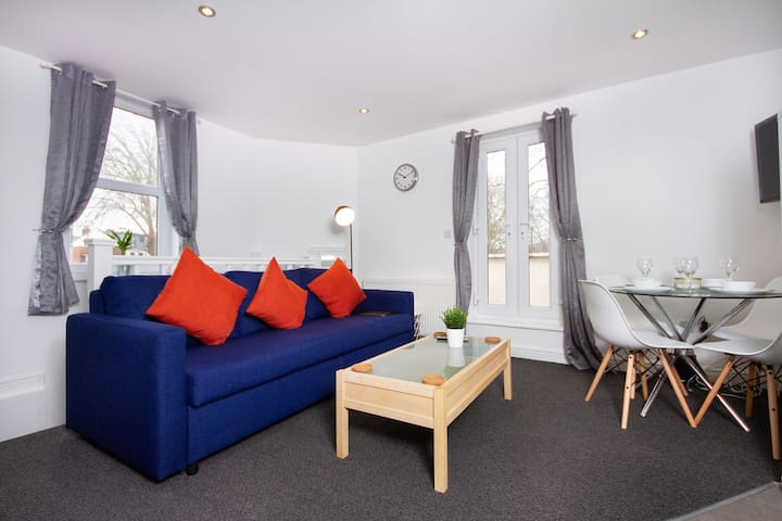 Bristol Flat with Large Sunny Balcony & Parking