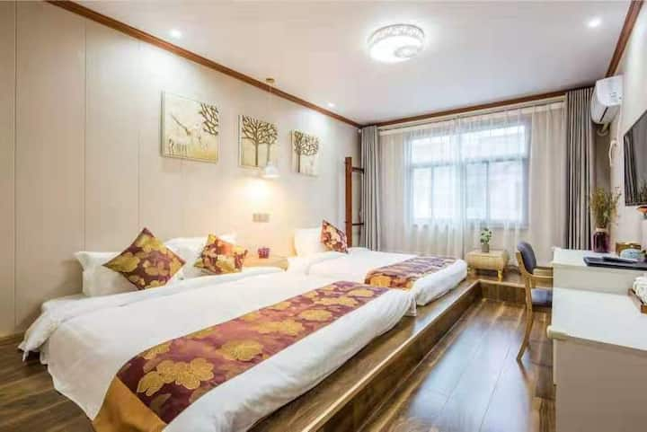 马山山闲居客栈,共9个房间,16张床位,可住24人。客栈距离灵山大佛198米,距离拈花湾3公里。