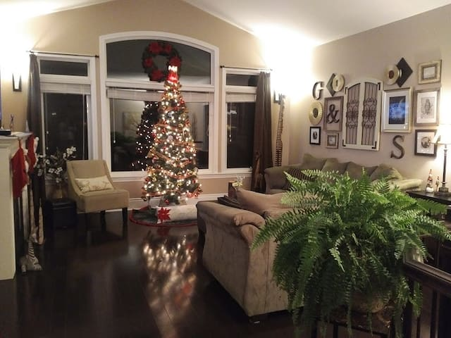 BEAUTIFUL view! Warm, inviting, upscale, & more. - Kingston - House