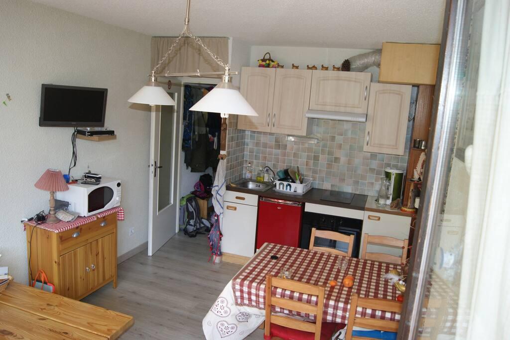 cuisine équipée avec nombreux accessoires: appareil raclette, fondue, grille pain, mixeur...