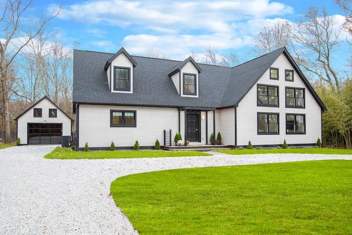 Modern Farm House Getaway. Pool & Beach (5 mins) .