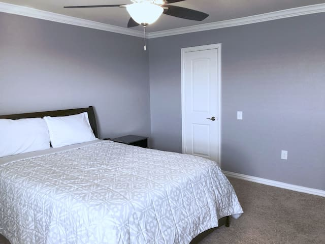★ Private Room: 5 Min To Airport + Extras ★