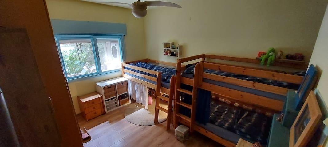 חדר ילדים- שלוש מיטות יחיד