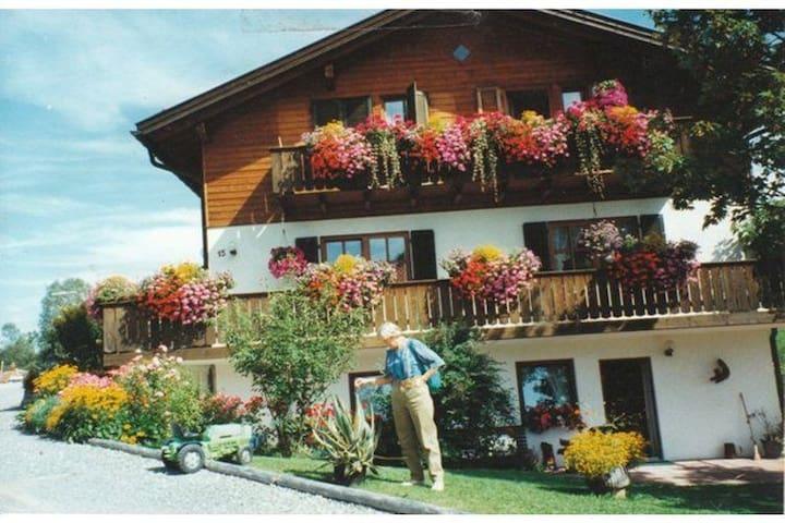 Apartamento de vacaciones en medio de los Alpes Ammergauer con terraza y entrada privada