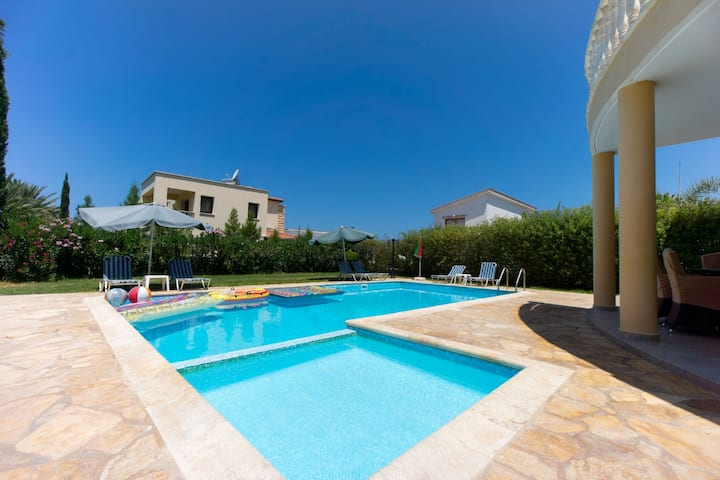 Villa Tsikkos Dio: Private Pool, A/C, Beachfront