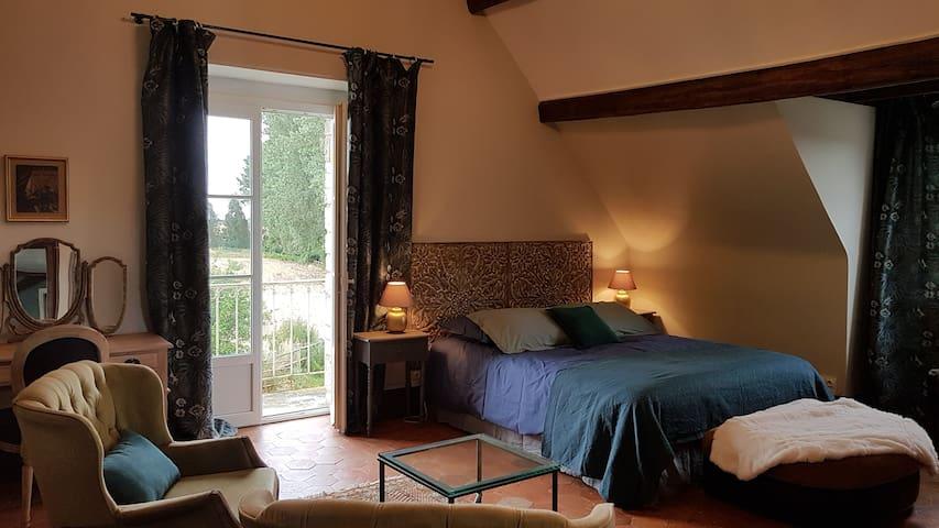 Chambre Nymphéa 1 à 2 personnes avec salle de bain et WC privatifs. Chambre avec possibilité suite communicante pour 1 à 2 couchages supplémentaires. Balcon avec  vue sur la campagne et rivière.