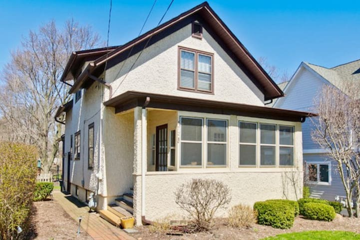 Perfect Bungalow 1 Block to Downtown Libertyville