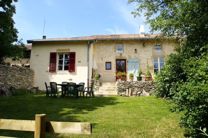 Authentic, quiet cottage with green garden near Bar-le-Duc