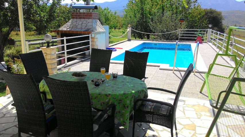 VILLA NEAR SPLIT with private pool,sunny garden - Krušvar - Casa