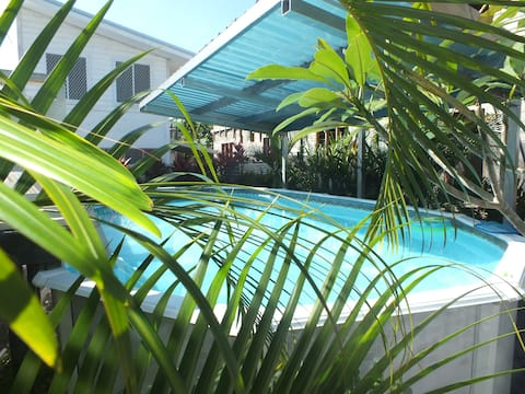 Lelata living - modern, alfresco dining & pool!