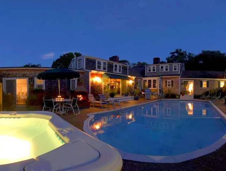 Private, wood-burning fireplace suite at award-winning inn. Pool, Jacuzzi, private deck, small pet OK