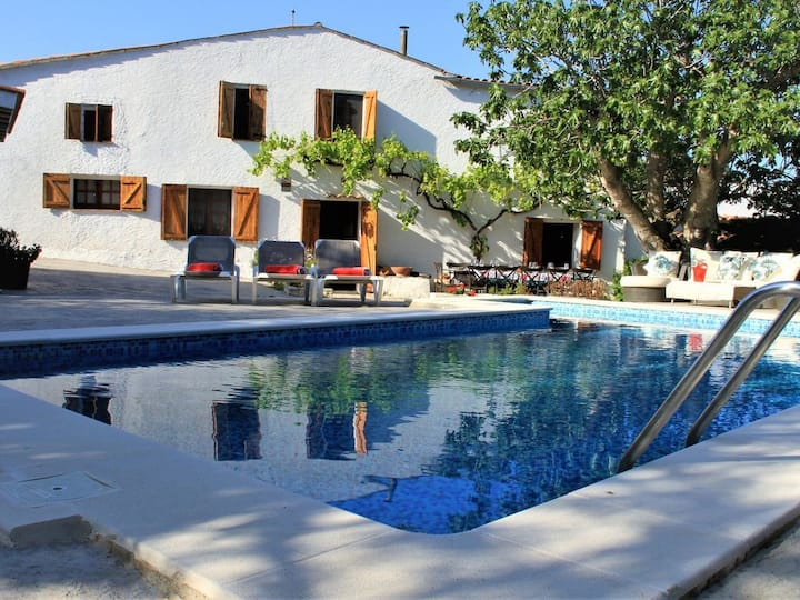 Masia Can Magan, ideal for families, private pool, bbq, Wifi, play area.
