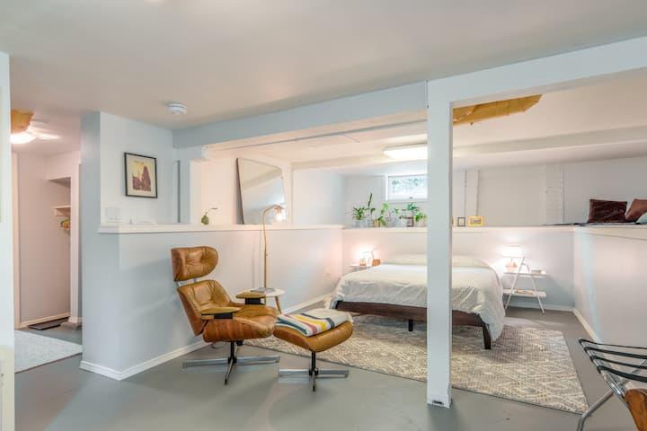 Modern in-law studio steps from restaurants + MAX