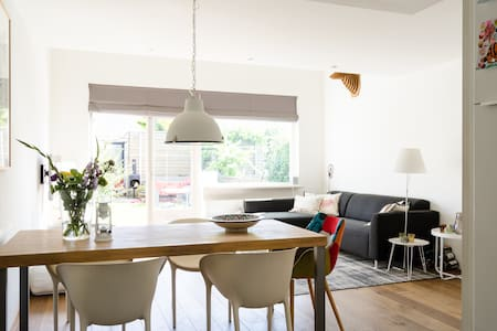 Lovely bright, modern and spacious family house - Haus