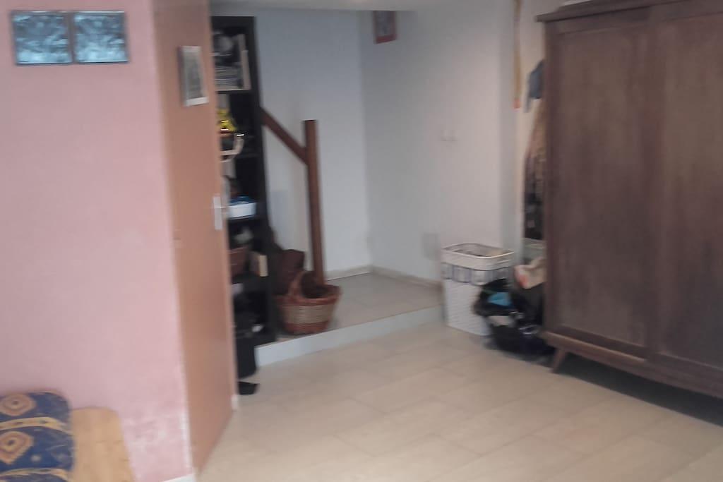 hall d'entrée avec rangements et wc.