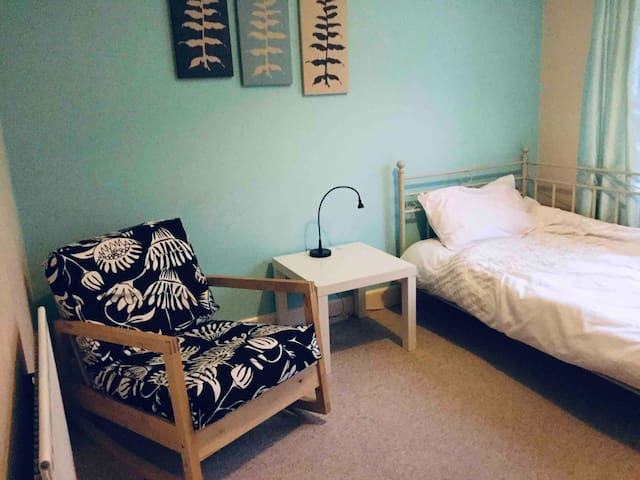 Cosy room 5 mins drive to Warwick University