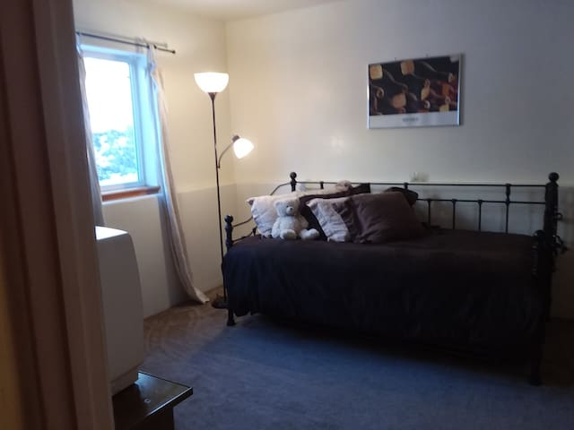 Room Rental: Guest Bedroom in Peaceful Sunny Condo