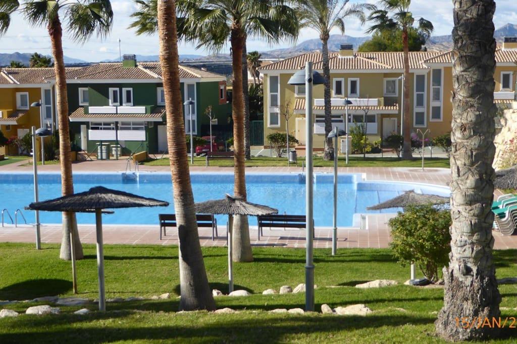Grande piscine, nombreux relaxs et parasols dans le lotissement