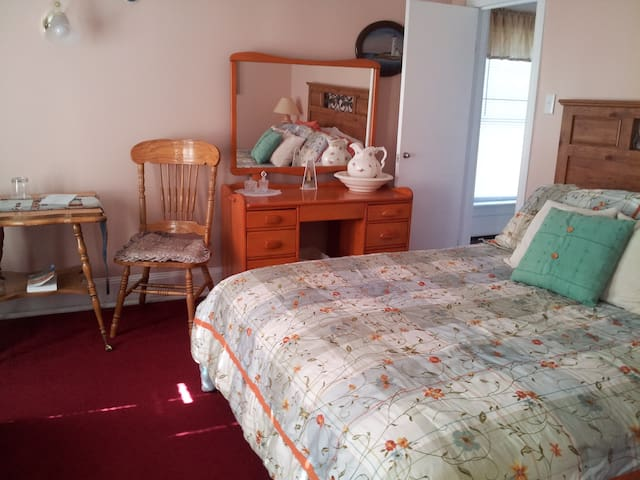 The Lighthouse with Queen bed and Private en-suite