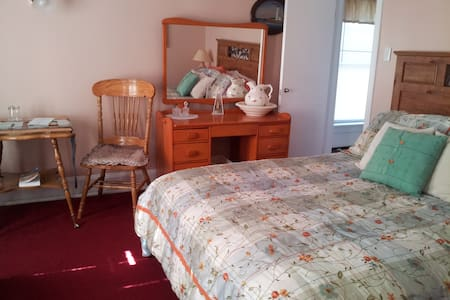Greg and Lorraine's Heritage Home, Lighthouse - Spaniard's Bay - Bed & Breakfast