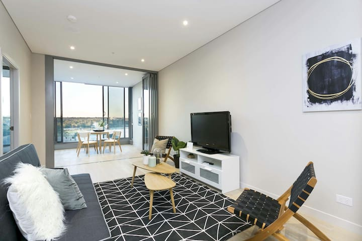 Stunning waterfront apartment+rooftop BBQ+parking