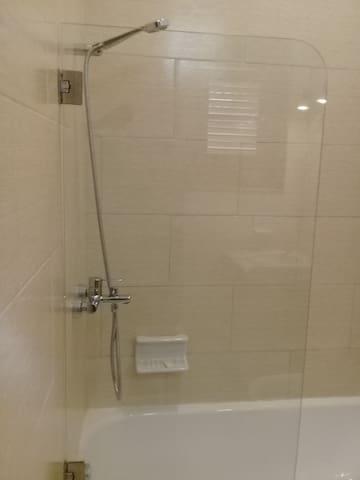 bañera  con puerta de cristal amplia con agua fría y caliente