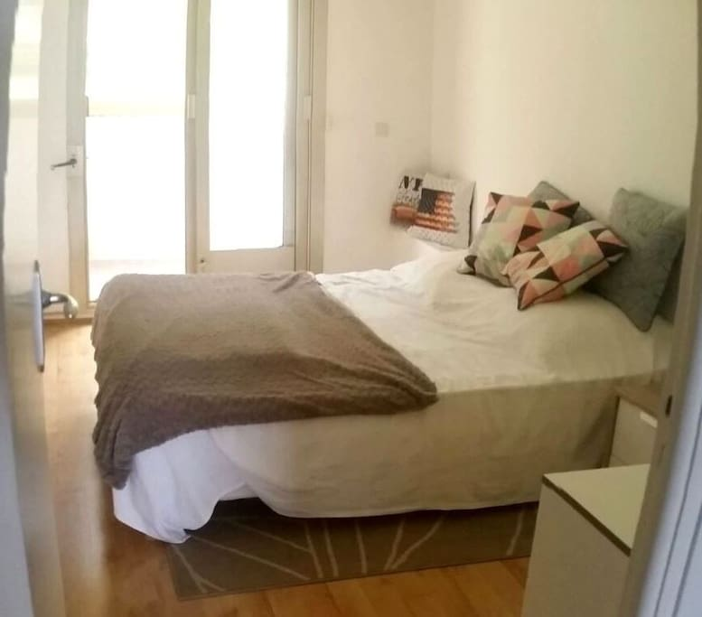 Chambre voyageurs avec lit double, commode, climatiseur/ Traveler bedroom with double bed, chest of drawers and air-conditioner
