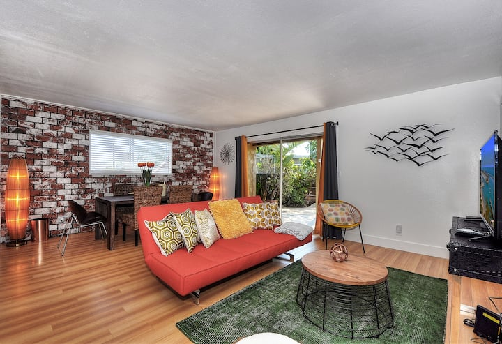 Luxurious coastal 2bd/1bth apartment with backyard