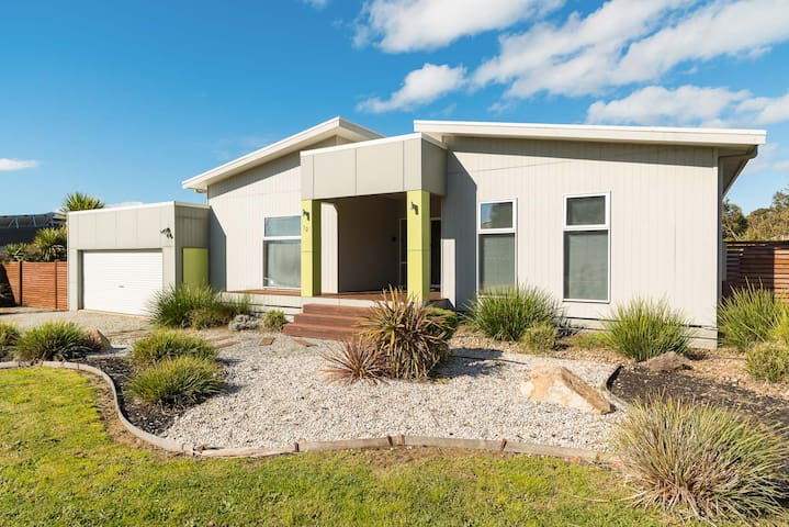 Affinity on Killara, with FREE Wi-Fi! Sleeps 12.