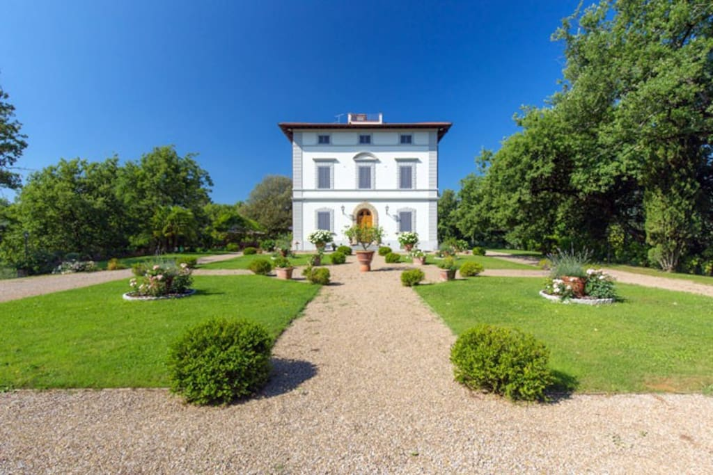 The villa has recently been completely restored and refurbished to a very high level and transformed into a charming country villa steeped in atmosphere and history.