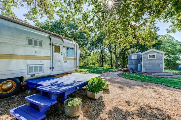 '73 Vintage Trailer/newly renovated  w/ bath house