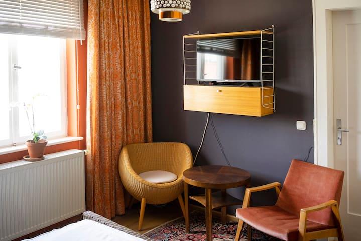 Schönes Zimmer mit eigenem Bad, zentral gelegen