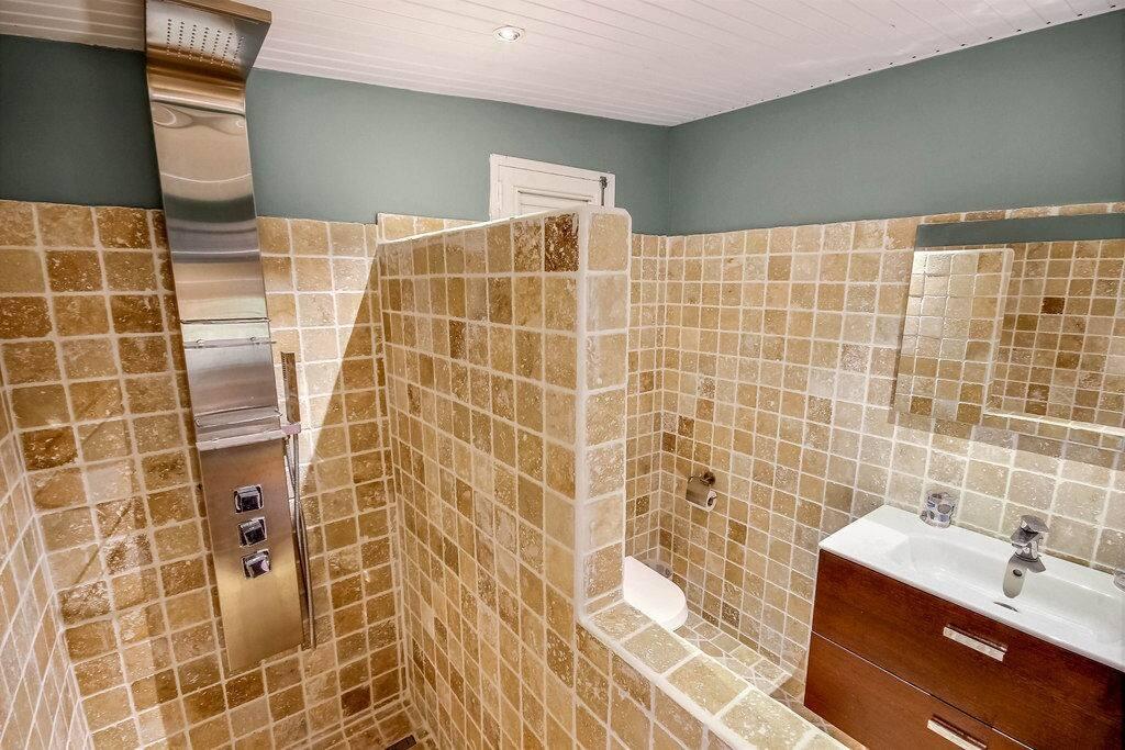 Salle de bain avec douche à l'italienne, Studio Neivy, Le Diamant , Martinique