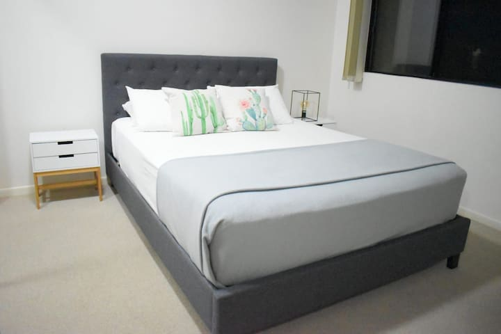 Stylish Queen Room & Private Bathroom-Close CBD