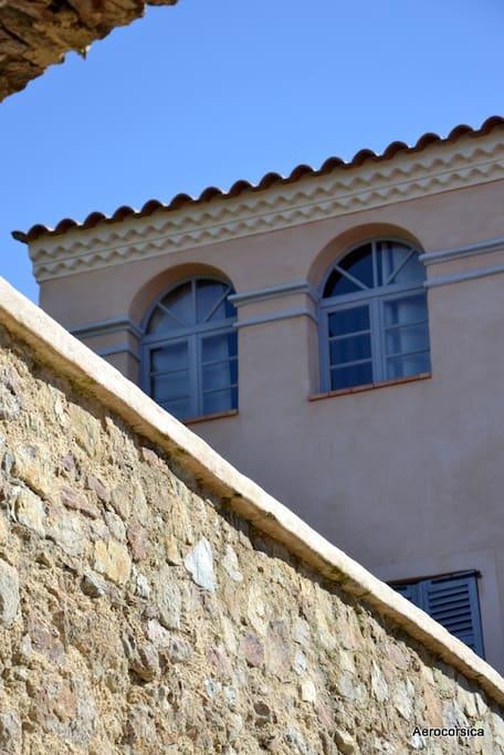 Fenêtres côté village - Le studio