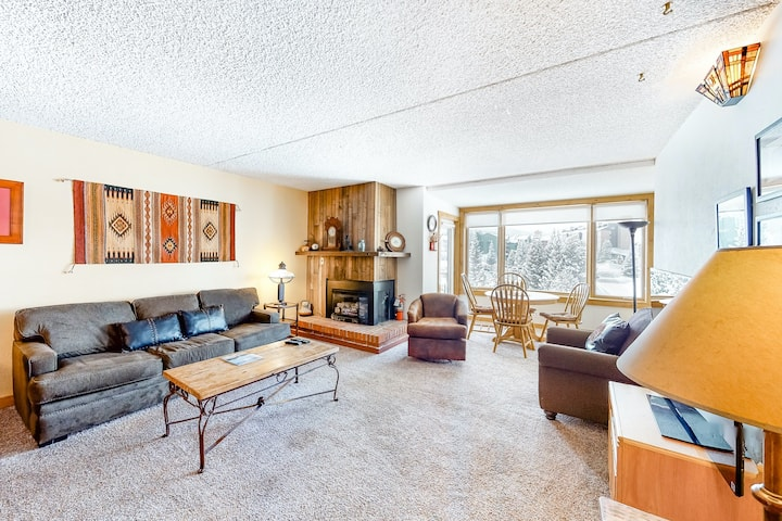 Ski-in/ski-out mountain home w/shared hot tub, sauna + private balcony/free WiFi