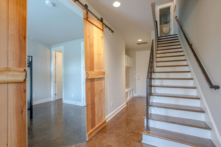 STUNNING TOWNHOME ✦ 10 PEOPLE ✦ MINS TO DOWNTOWN