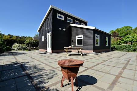 Detached holiday house with WiFi and a large garden; hike and bike the Veluwe