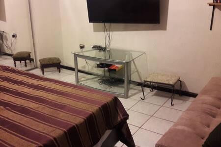 Habitación con tv y baño propio.