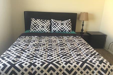 1.Cozy w Queen bed & self check in. - Las Vegas - House