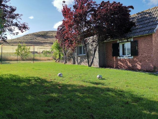 Casa de campo con jardín junto al río Jarama