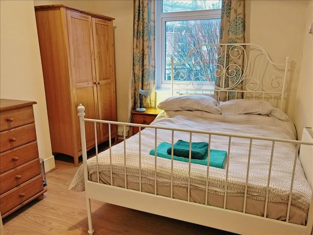 Ensuite Double Bedroom in Centrally Located Guesthouse 5 - Beech Tree