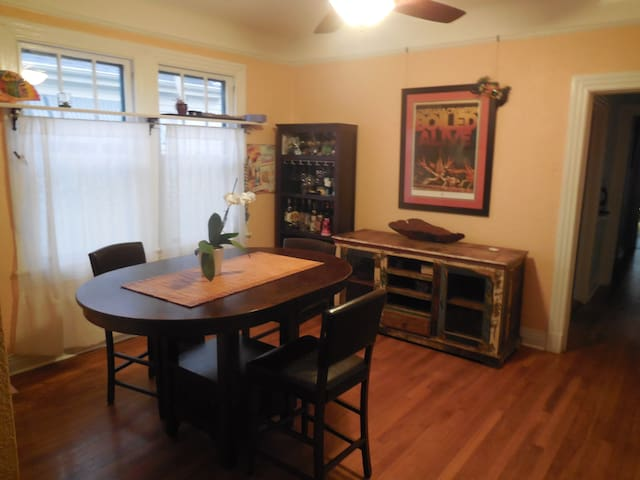 1 bed/2 bath renovated midcity cottage