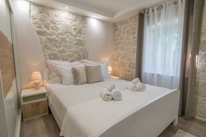 Cozy, third bedroom with nice details and TV