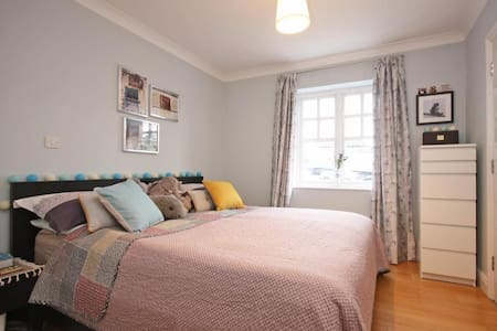 Cosy flat in the heart of Dorking - with parking! - Dorking - Appartement