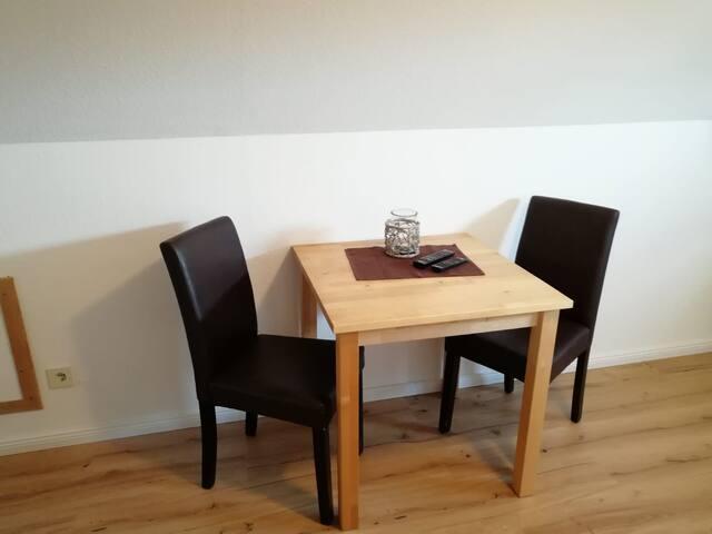 Platz für 2 Personen, Geschirr und Küchen- Utensilien sind komplett vorhanden