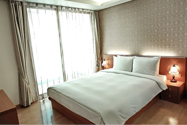 1BED WIDE SPACE /40SQM/ COZY/HOTEL'S BED/@SANGAM