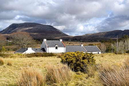 Large period cottage with amazing views in Donegal - Huis